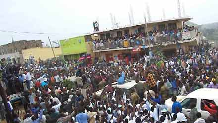 Dr. Besigye arriving in Rukungiri town -February 14, 2006